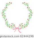 由漂亮的花朵和丝带制成的花环 62444296