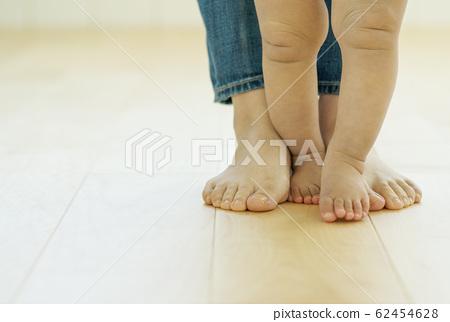 母親和兒童及地板赤腳接觸皮膚護理清潔地板圖像材料 62454628
