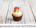 Christmas of cupcake on the wooden. 62505026