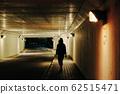 夜晚隧道的人影 62515471