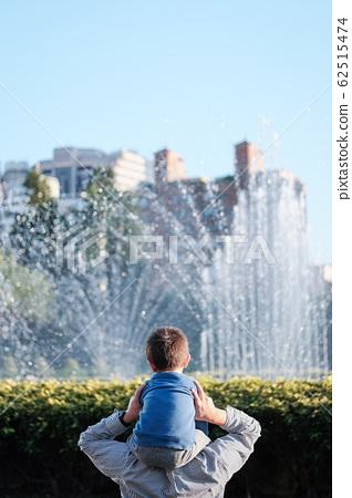 Child on shoulders 62515474