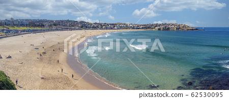People relaxing on the Bondi beach in Sydney 62530095