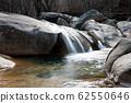 바위계곡의 작은 폭포 62550646
