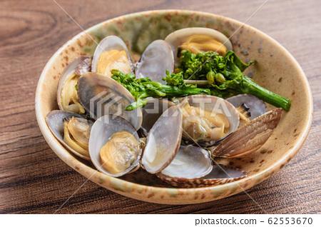 Spring taste: clam steamed with sake 62553670