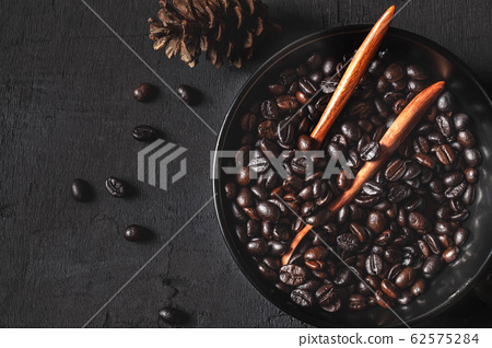 Roasted coffee beans in a bowl 62575284