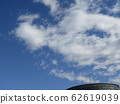 Winter blue sky and white clouds 62619039