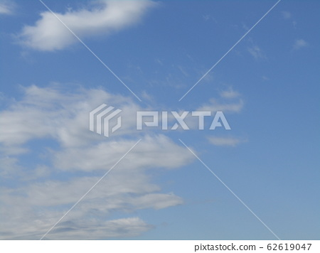 Winter blue sky and white clouds 62619047