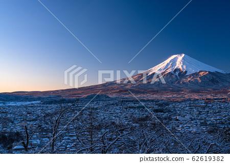 《山梨縣》日本冬雪白富士山和富士吉田的城市景觀《新山山仙根公園》 62619382