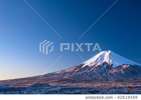《山梨縣》日本冬雪白富士山和富士吉田的城市景觀《新山山仙根公園》 62619389