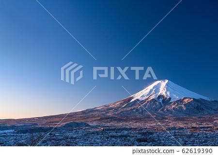 《山梨縣》日本冬雪中的紅色富士街和富士吉田街《新村山淺間公園》 62619390