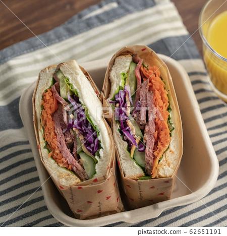 烤牛肉和蔬菜三明治 62651191