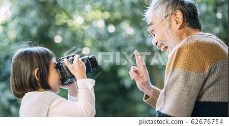 爷爷和孙子使用相机 62676754