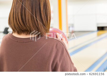 볼링을하는 여성 62691156