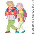 一對老年夫婦,享受登山的插圖 62745194