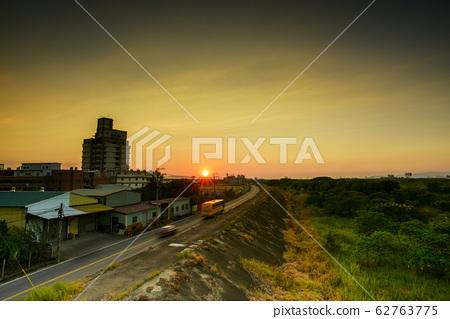 陳綺貞,太陽出來,山頂AKasumire山頂,河畔綠草如茵,天空表面美麗美麗的天空。 62763775