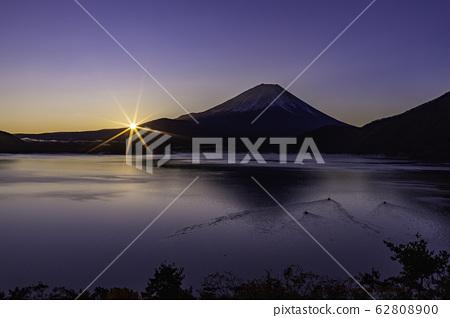 (야마나시 현) 모토스에서 바라 보는 후지산의 새벽 62808900