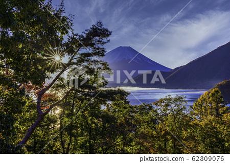 (山梨縣)本栖湖,湖邊秋葉和富士山 62809076