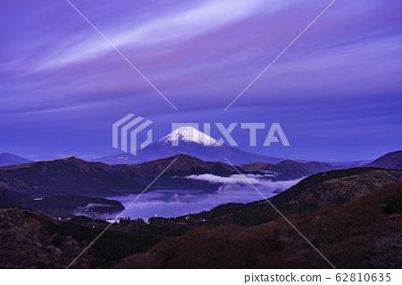 (神奈川縣)黎明從箱根大館山看到的富士山 62810635