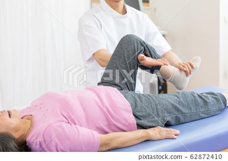 醫療康復高級女子和醫生不露面 62872410