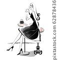 女人放松在自助餐厅单色 62878436