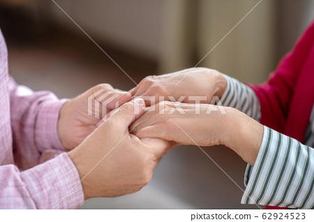 Close up picture of mans hands holding womans hands 62924523