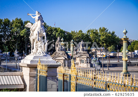 Marble statue and the Tuileries Garden entrance 62925635