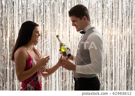 Couple drinking champagne 62968612