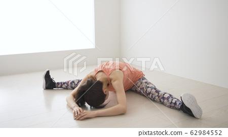 張開雙腿的年輕女子 62984552