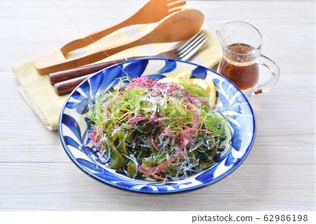 搭配海藻沙拉(裙帶菜等)和藍色迪斯科醬。 62986198