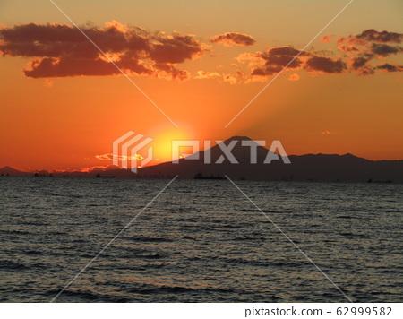 在富士附近的日落時清晰可見的富士 62999582