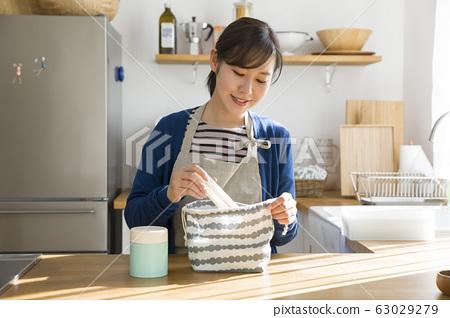 年輕的家庭主婦準備午餐 63029279