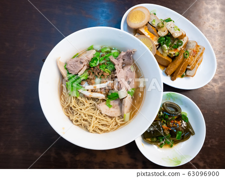 dry noodles  with pork and seafood 63096900