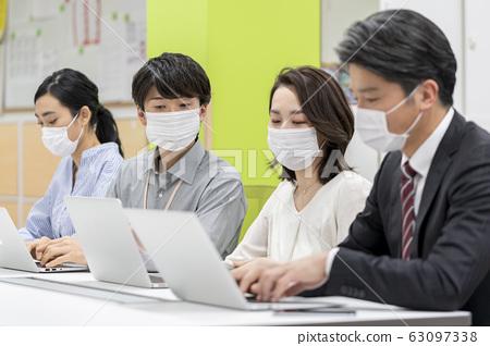 마스크 차림으로 일하는 사람들 63097338