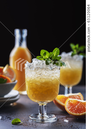 Cocktail with oranges 63120064