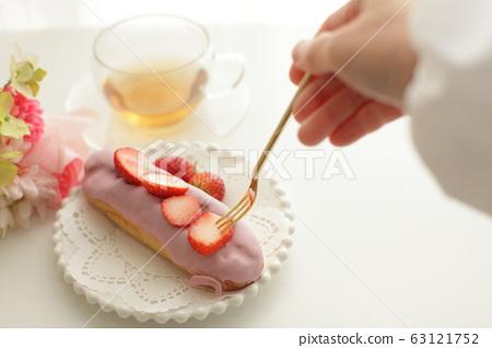 딸기 초콜릿 에클 레어 63121752