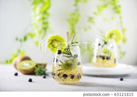 Summer cocktail with kiwi 63121815