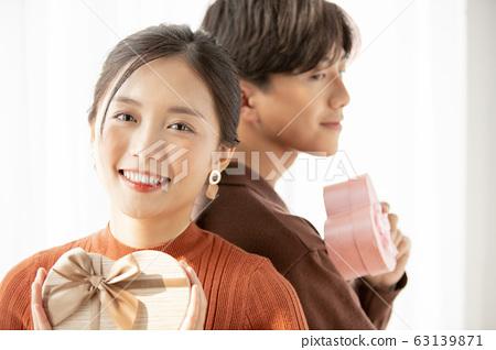 年輕的情侶禮物 63139871