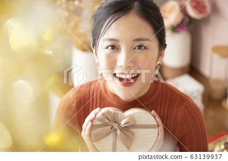 禮品盒的年輕女子 63139937