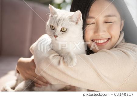 和貓一起生活的年輕女子 63140217