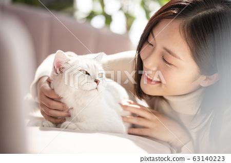 和猫一起生活的年轻女子 63140223