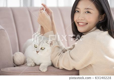 和貓一起生活的年輕女子 63140228