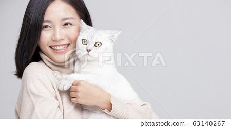 貓擁抱女人灰色背景畫像 63140267