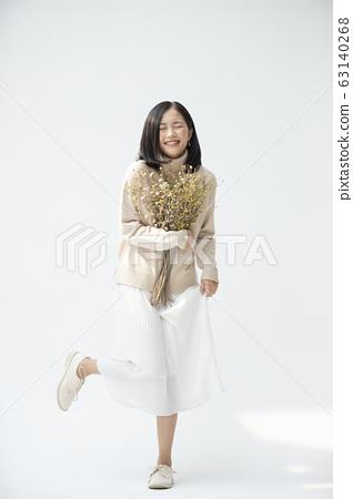 手捧花的年輕女子的全身畫像 63140268