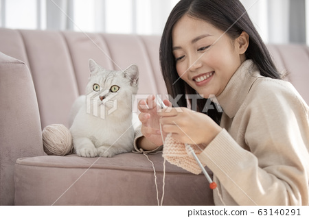 고양이와 사는 젊은 여성 63140291
