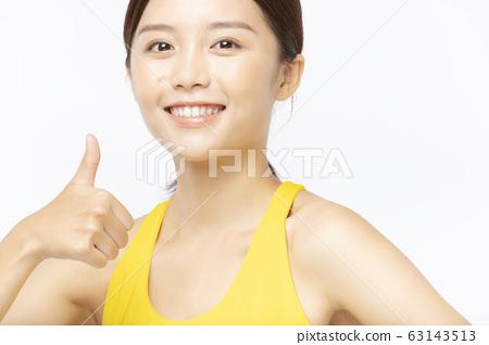 穿運動服的年輕女子的畫像 63143513