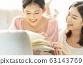 독서를 즐기는 두 젊은 여성 63143769
