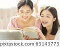 독서를 즐기는 두 젊은 여성 63143773