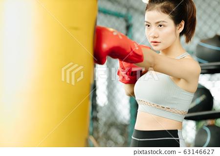 年輕女子拳擊鍛煉 63146627