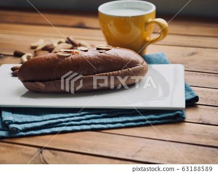 新鮮的圓形甜巧克力奶油麵包 63188589