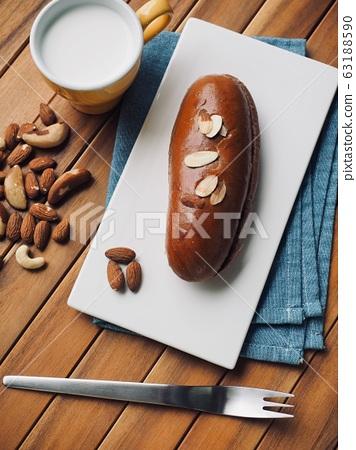 신선한 원형모양의 달콤한 초코 크림 빵  63188590